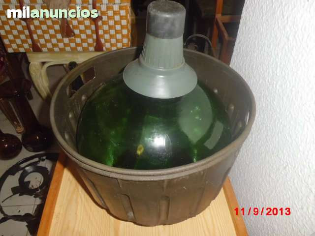 Garrafa o damajuana con cesta de plastic - foto 1