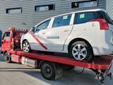 Servicio grua trasporte de vehículos.  - foto