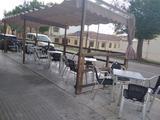 terraza bar madera con dos toldos  - foto