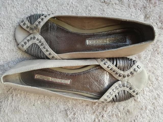 Zapato de piel abierto color topo/plata - foto 1