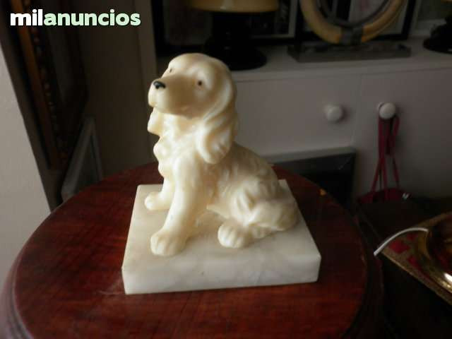 Figura de perro cocker sobre marmol - foto 1