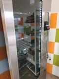 Maquina vending sin frío con billetero. - foto