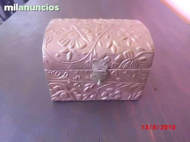 Cofre de madera forrado con cobre repuja - foto 1