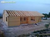 Carpinteros montadores  casas de madera - foto